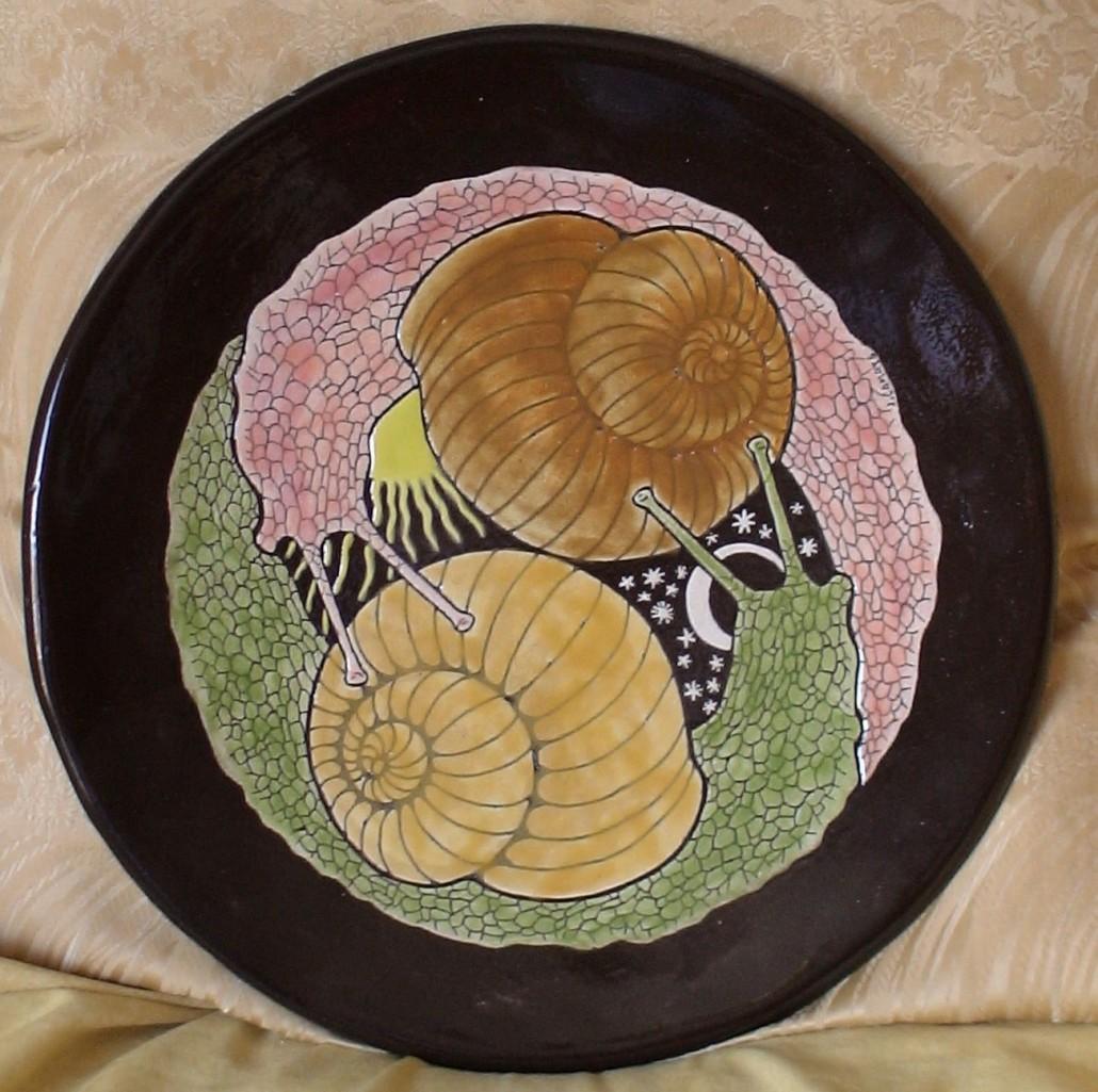 Plat de ceràmica esmaltada (xxxx). Propietat de Joan Estrada.