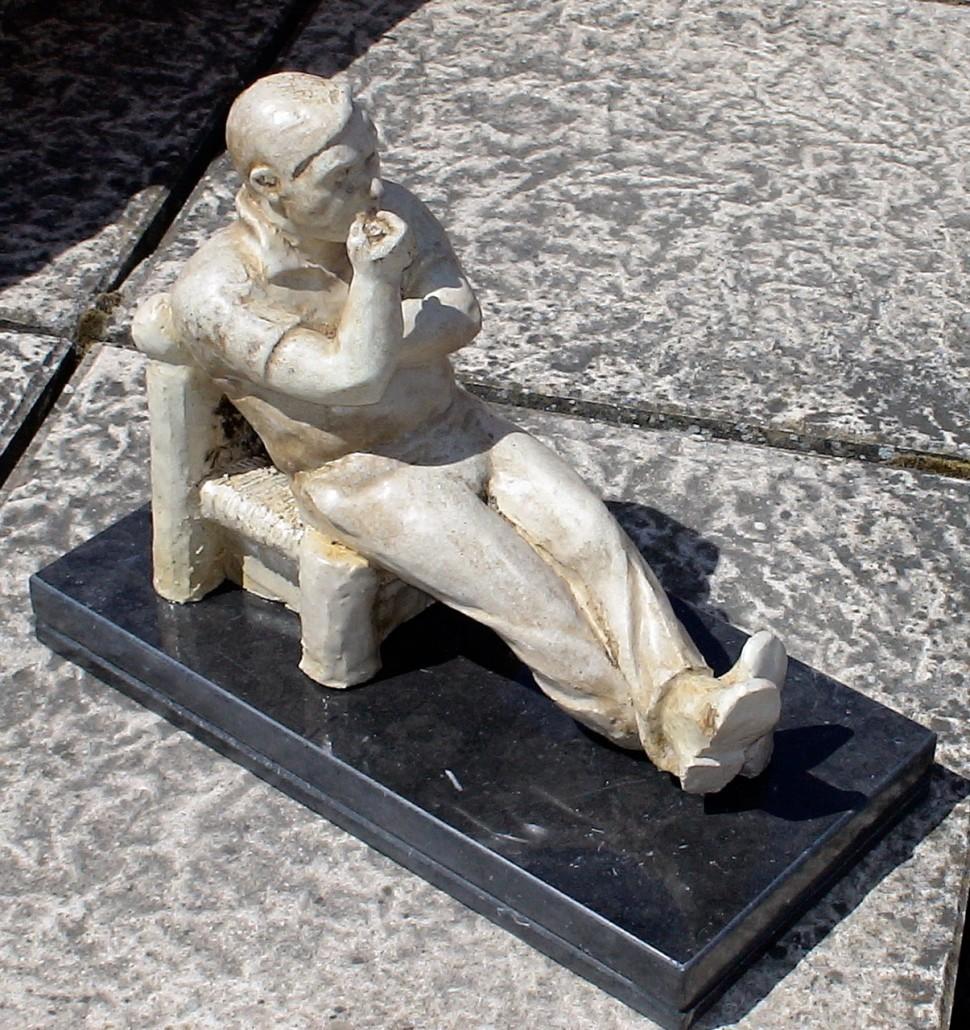 Gres esmaltat (26x13x10). Lluís Foix fumant en pipa. Esmaltat per Neus Segrià. Propietat de Lluís Foix.