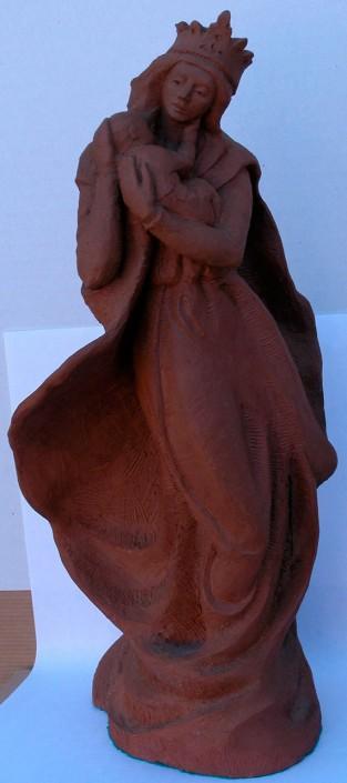 Terracuita de la Mare de Déu amb el Nen Jesús (32x16x12). Mai com ara has estat als braços de la Mare de Déu. Així que deixat bressolar i segueix fent-li carícies a la galta per nosaltres, que li agraden molt.