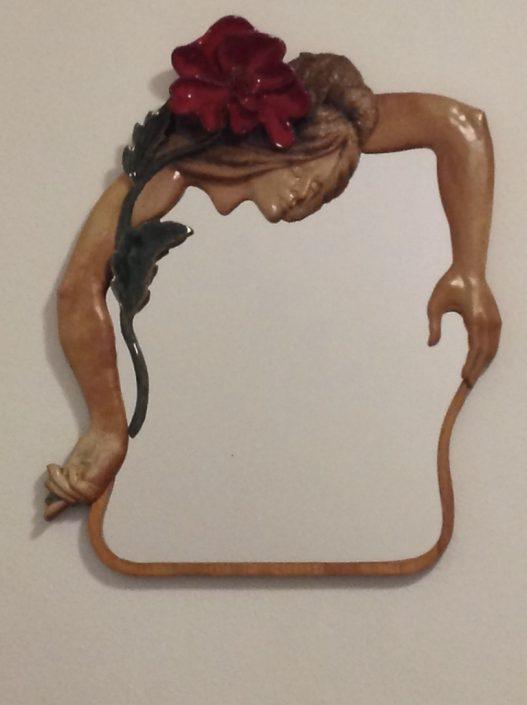 Cerámica esmaltada i mirall sobre fusta (70x53).
