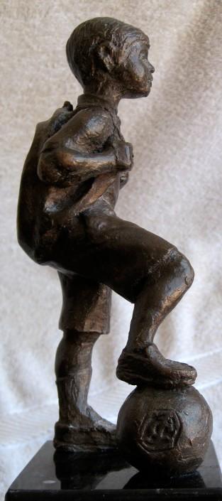 Bronze (20x10x8). Figura d'en Gabriel Torrell que es dona als professors de Turó quan porten 25 anys de docencia.