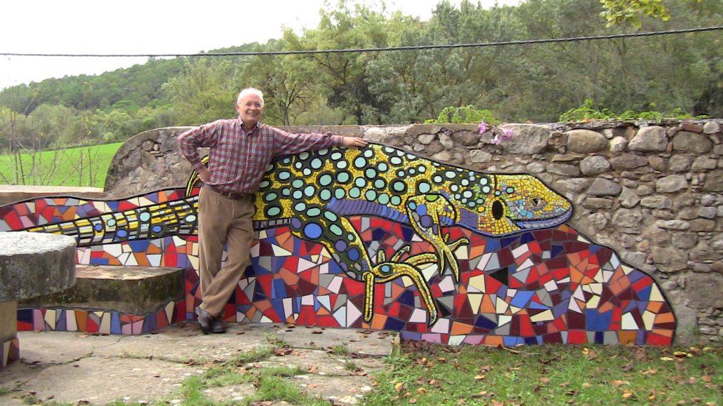 Al jardí de Vilademires amb el trencadís del lluert d'en Xavier Cabanach.