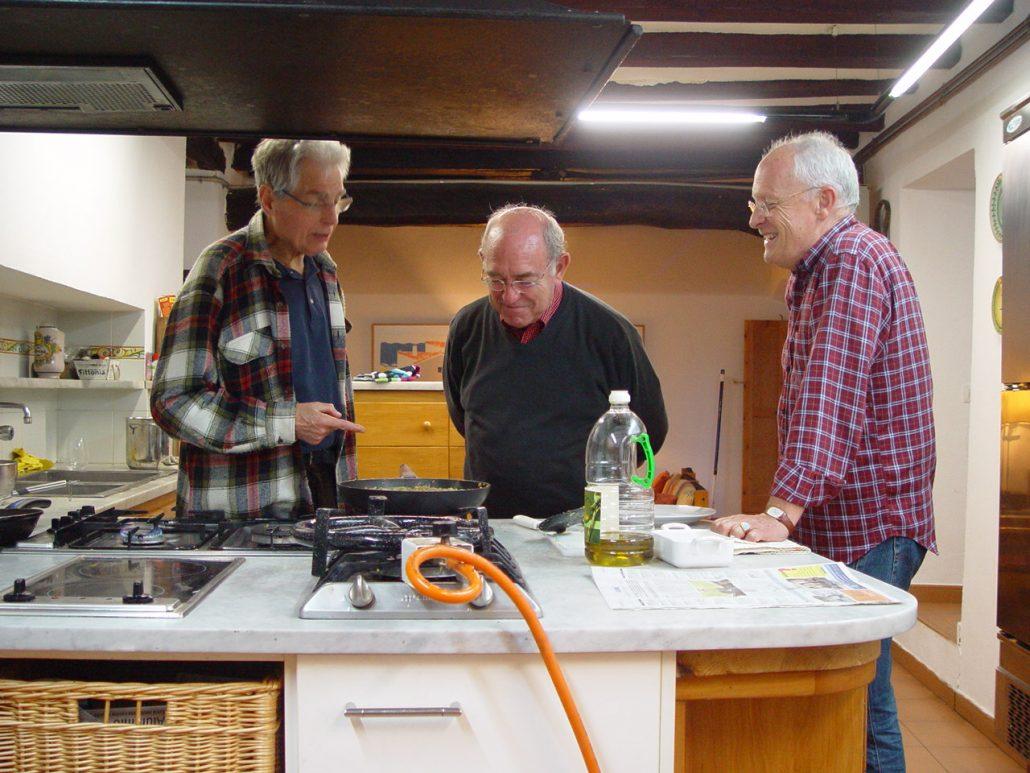A la cuina de Vilademires amb Miquel i Joan. Dubtes per veure de girar la truita quan és tant grossa.