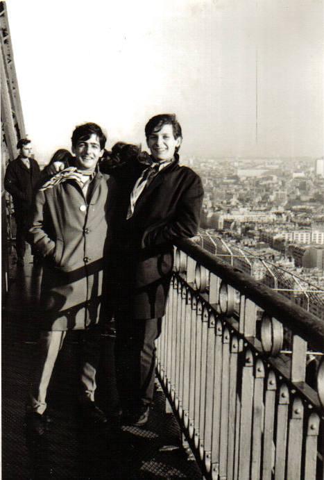 A la torre Eiffel amb Teodor Roca durant el viatge de final de batxillerat a París.