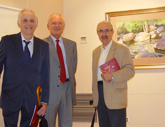 Amb el periodista Antoni Coll i el pintor Xavier Cabanach el día de la concessió del Premi Ceferino Olivé per l'obra que apareix a la pared.