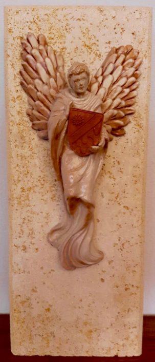 Terracuita esmaltada amb escut del Club Ciurana i plafó de travertino (xxxxx). Propietat del Club Ciurana.