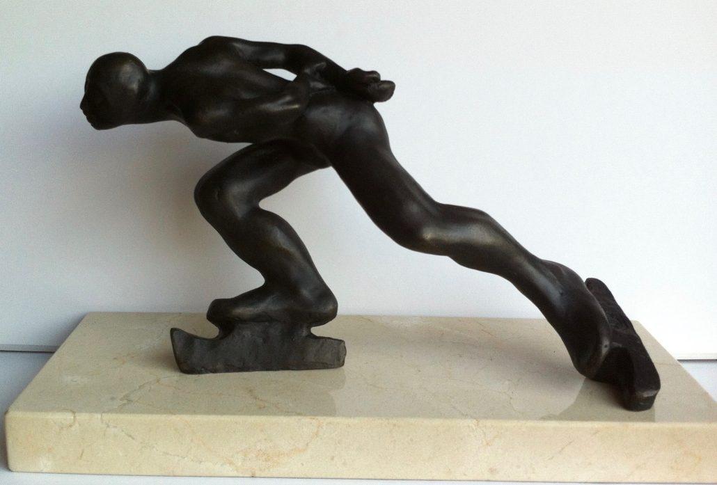 Bronze amb base de travertí (20x14x34).