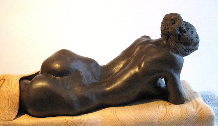 Terracuita de fang negre brunyit i fusta (22x42x20).