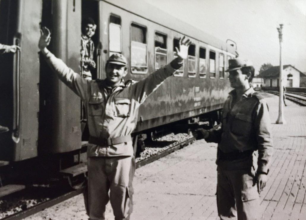 Amb un company de milícies a l'estació de Tremp durant un viatge a Talarn.