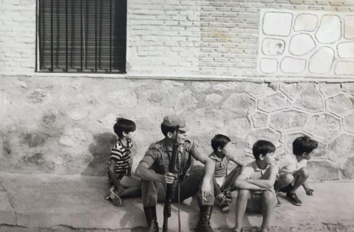 Descansant durant una marxa de Toledo a Burguillos al costat d'uns nens del poble.