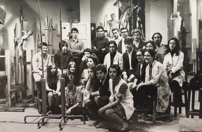 """El grup d'amics del curs 69/70 a l'Escola de Belles Arts """"Sant Jordi"""" de Barcelona a l'aula de Dibuix."""