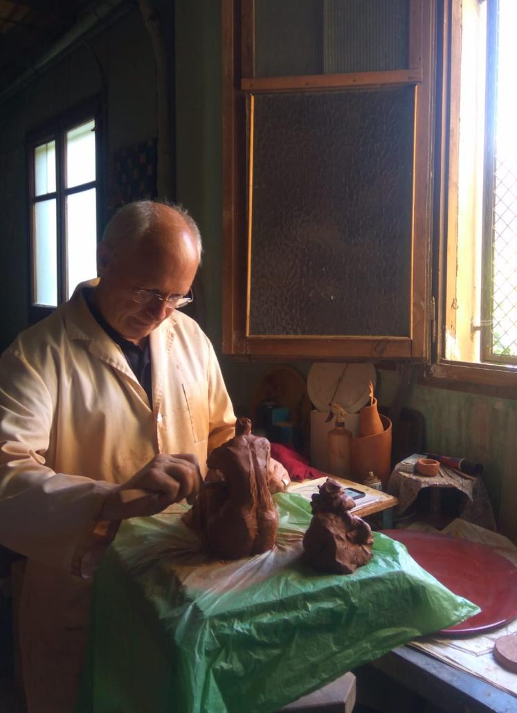 Modelant una escultura al taller de la Neus Segrià. Foto feta per la Tessa, neta de la Neus.
