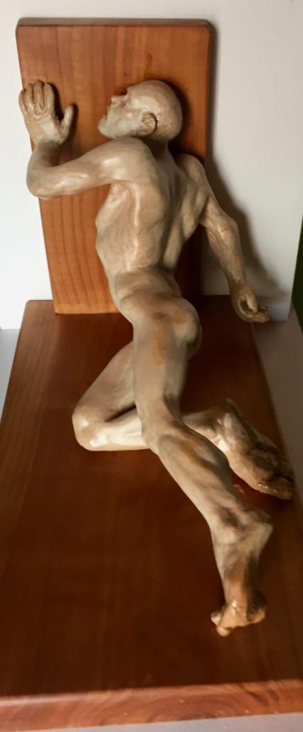 Terracuita esmaltada i base de fusta de noguer (xxxxxx). Propietat de Eladi Camats.