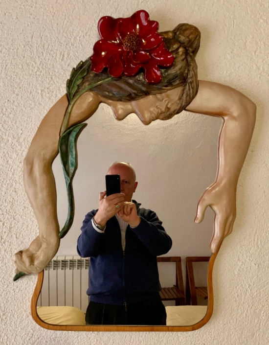 Ceràmica esmaltada i mirall sobre fusta (70x53).